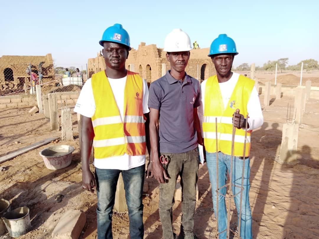 Jeune en formation professionnelle photovoltaïque